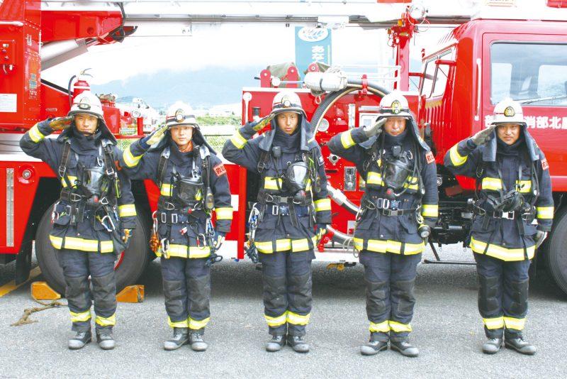 整列する消防士